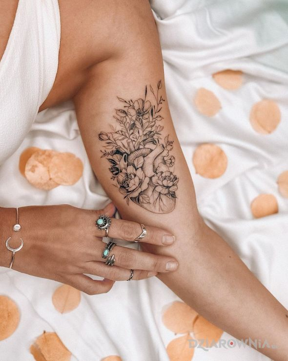 Tatuaż kwiatowe serce - graficzne / ilustracyjne