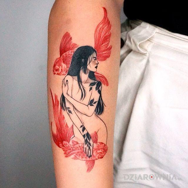 Tatuaż dziewczyna tańcząca z karpiami w motywie kolorowe i stylu graficzne / ilustracyjne na przedramieniu