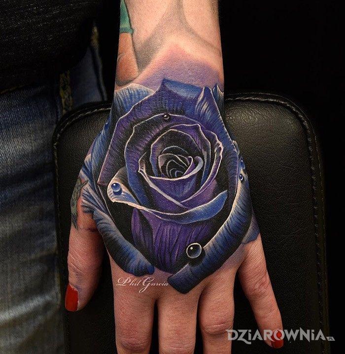 Tatuaż niebieska róża w motywie 3D i stylu realistyczne na dłoni