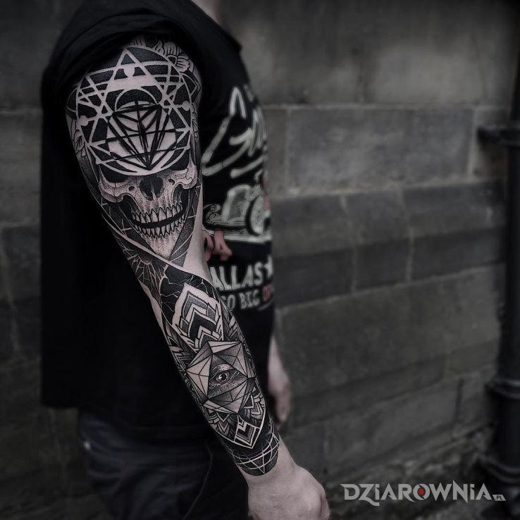 Tatuaż czaszka w geometrycznych ramach w motywie czaszki i stylu graficzne / ilustracyjne na ramieniu