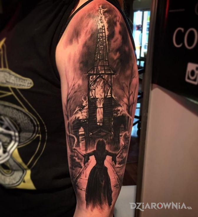 Tatuaż płonący kościół w motywie postacie na ramieniu