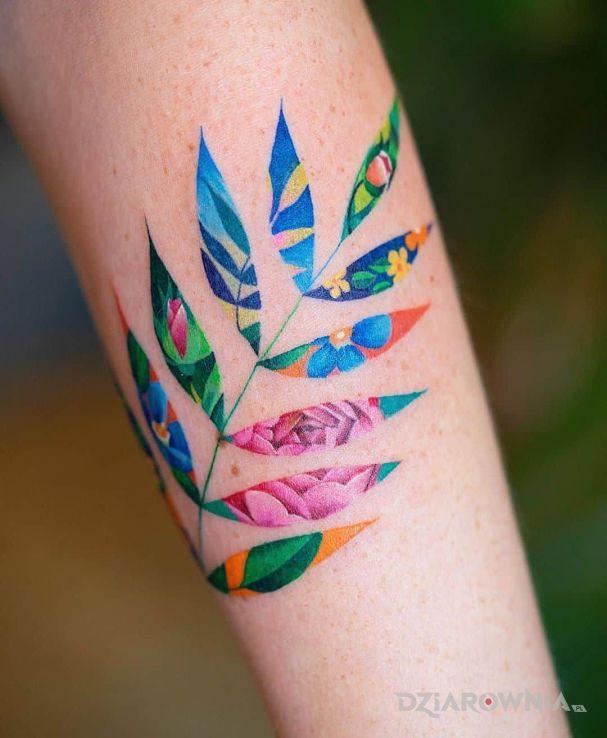 Tatuaż liść a w nim kwiat - kwiaty