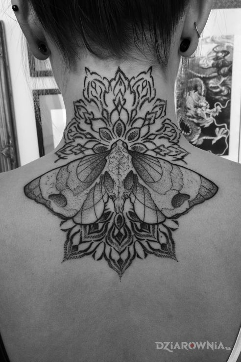 Tatuaż ćma  mandala  dotwork - czarno-szare