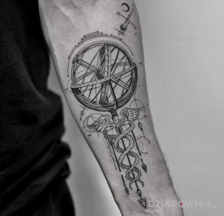 Tatuaż niewiadomo co w motywie pozostałe na przedramieniu