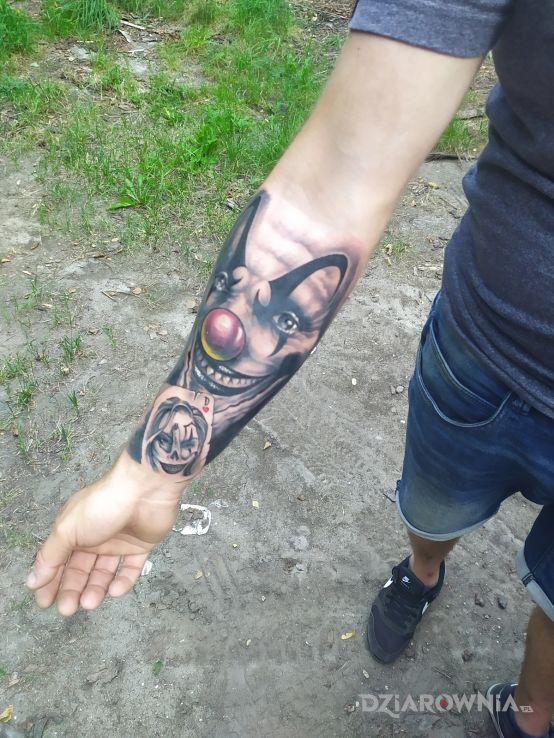 Tatuaż megastyczny w motywie twarze i stylu realistyczne na przedramieniu