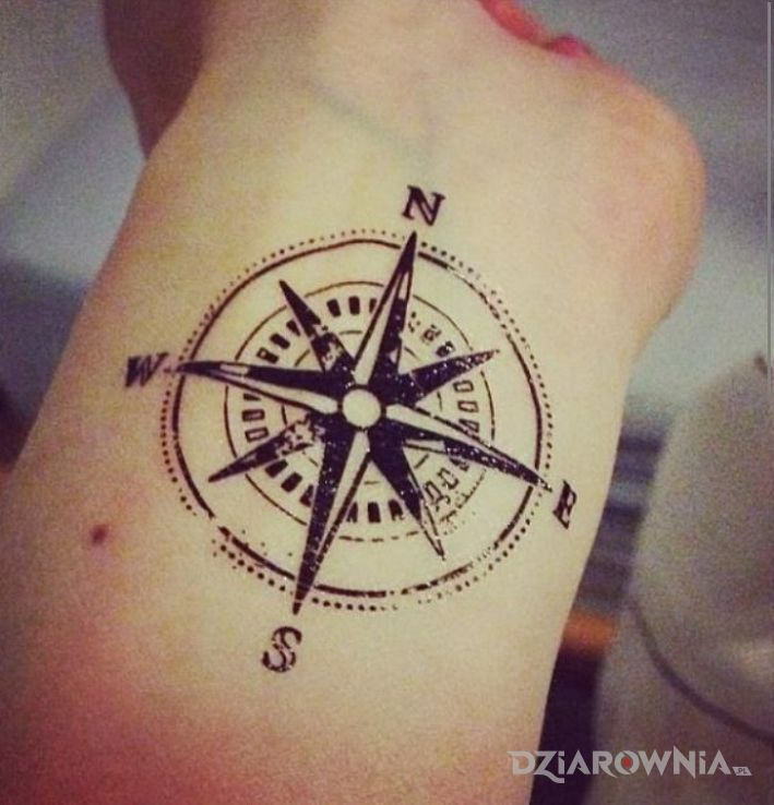 Tatuaż Kompas Autor Creepy Girl Dziarowniapl