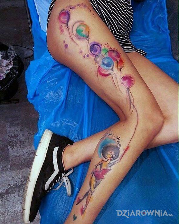 Tatuaż balony w motywie postacie na nodze