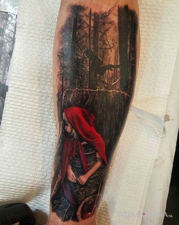 Tatuaż czerwony kapturek w motywie postacie na przedramieniu