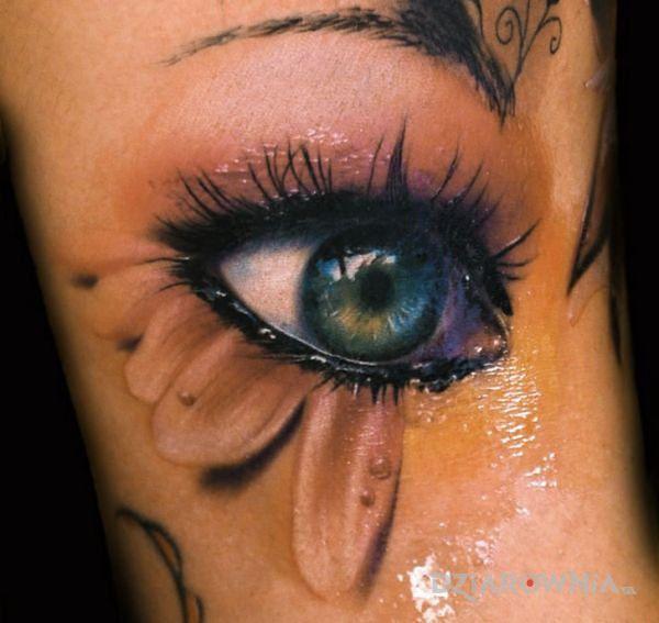 Tatuaż oko w stylu realistyczne na ramieniu