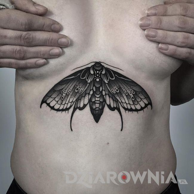 tatuaż ćma