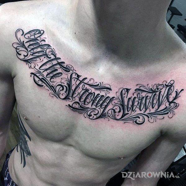 Tatuaż tylko silni przetrwają w motywie napisy i stylu kaligrafia na klatce