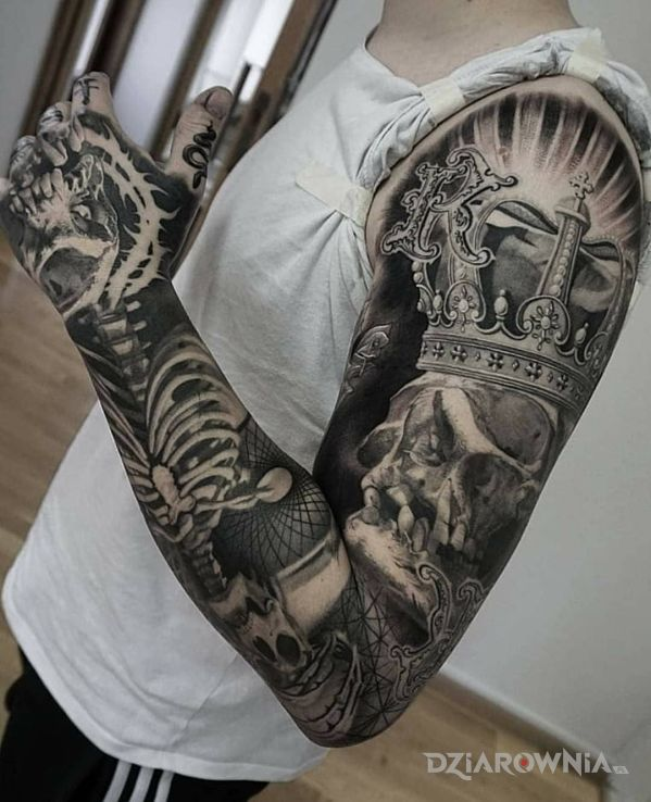 Tatuaż król jest martwy w motywie czarno-szare i stylu realistyczne na ramieniu