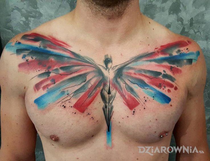 Tatuaż skrzydlata istota w motywie postacie na klatce