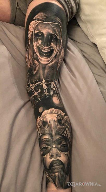 Tatuaż postacie jak z horroru w motywie czarno-szare i stylu realistyczne na łydce