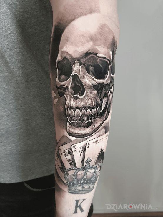 Tatuaż czaszka  karty  poker  hazard w motywie kasyno i stylu realistyczne na ramieniu