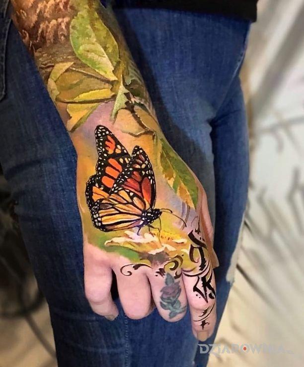 Tatuaż realistyczny motyl w motywie motyle i stylu realistyczne na dłoni