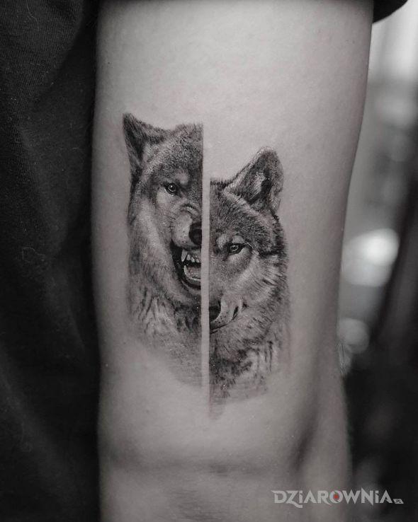 Tatuaż dwa oblicze wilka w motywie zwierzęta i stylu realistyczne na ramieniu