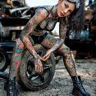 Cala w kolorowych tatuazach