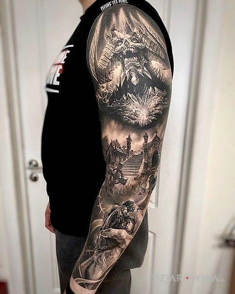 Tatuaż serce w dłoni w motywie czarno-szare i stylu realistyczne na przedramieniu