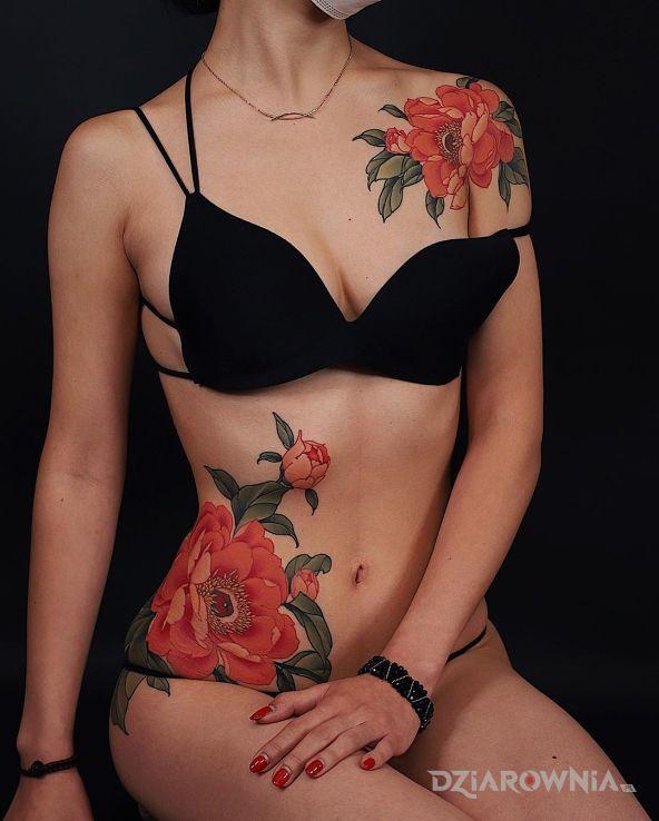 Tatuaż topka wśród kwiatów - kwiaty