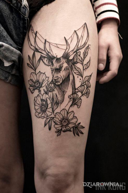 Tatuaż jeleń - kwiaty