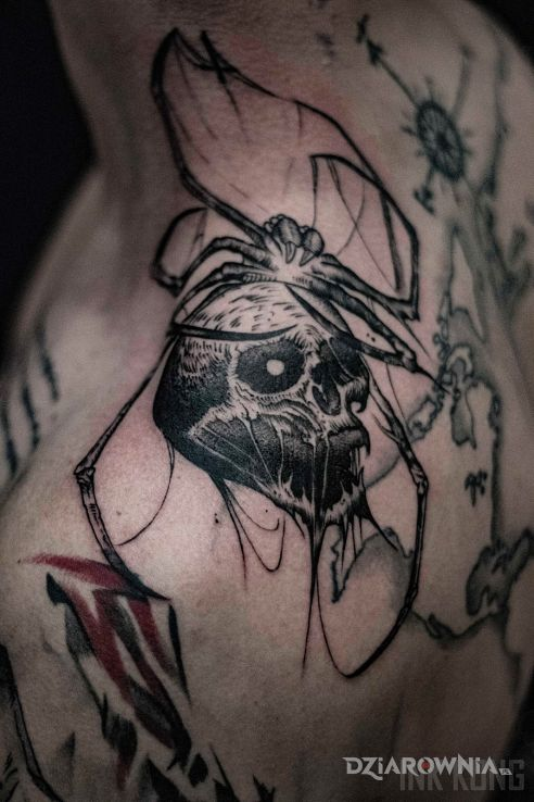 Tatuaż czaszko-pająk w motywie mroczne i stylu graficzne / ilustracyjne na palcach