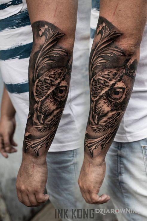 Tatuaż sowa w motywie czarno-szare i stylu realistyczne na przedramieniu