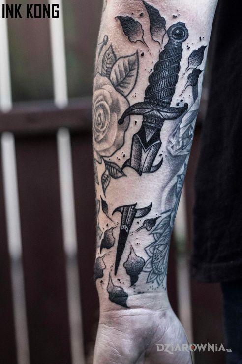 Tatuaż sztylet w motywie czarno-szare i stylu graficzne / ilustracyjne na przedramieniu