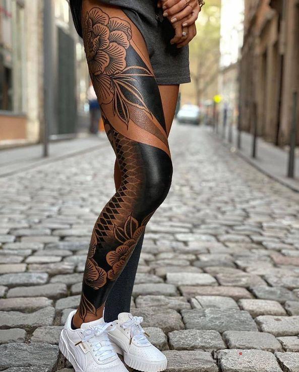 Tatuaż smukła nóżka - kwiaty