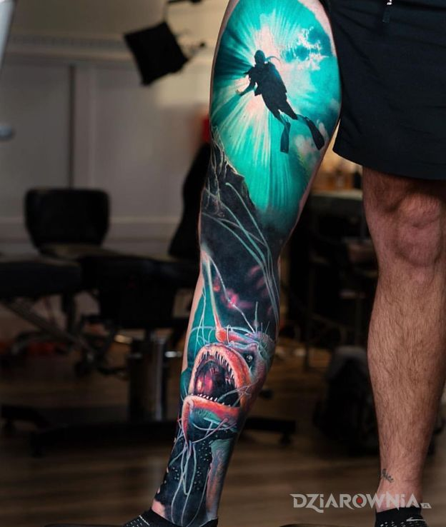 Tatuaż podwodny świat w motywie postacie i stylu realistyczne na kolanie