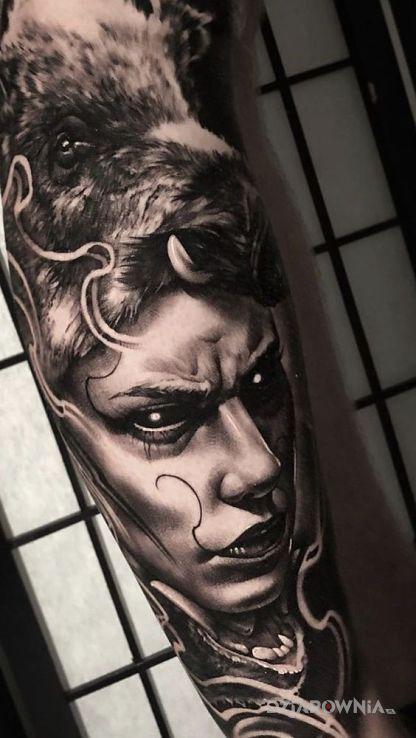 Tatuaż demoniczna postać na przedramieniu - mroczne