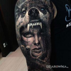 Kobieta w paszczy wilka