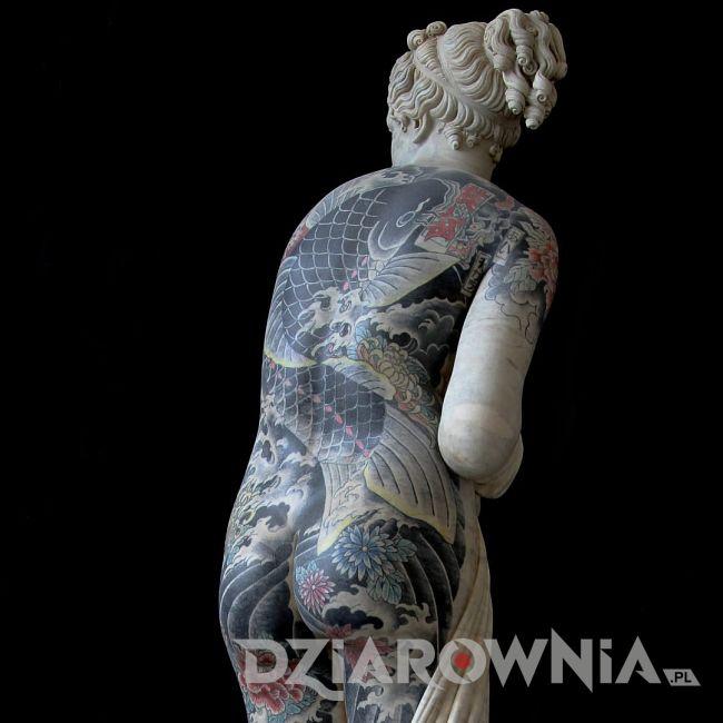 rzeźba kobiety z tatuażami