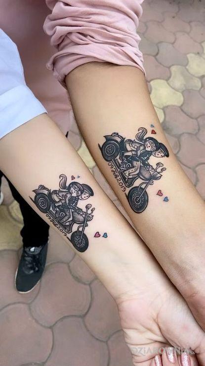 Tatuaż miłośnicy dwóch kółek w motywie miłosne i stylu graficzne / ilustracyjne na przedramieniu