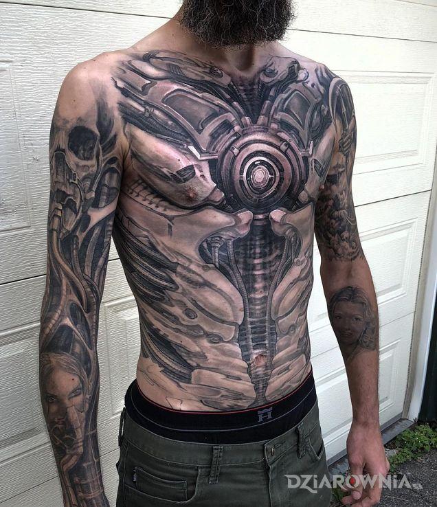 Tatuaż człowiek robot - czarno-szare