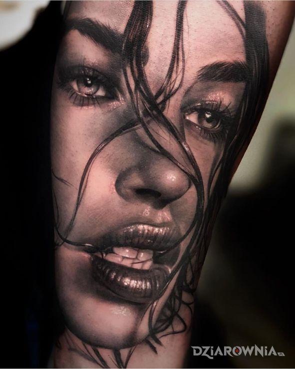 Tatuaż cudowny portet w motywie czarno-szare i stylu realistyczne na przedramieniu