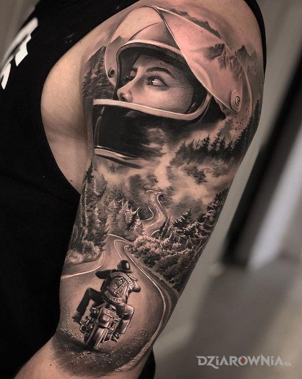 Tatuaż motocyklista w motywie postacie i stylu realistyczne na ramieniu