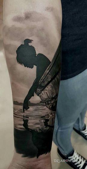 Tatuaż nad wodą w motywie czarno-szare i stylu blackwork / blackout na przedramieniu