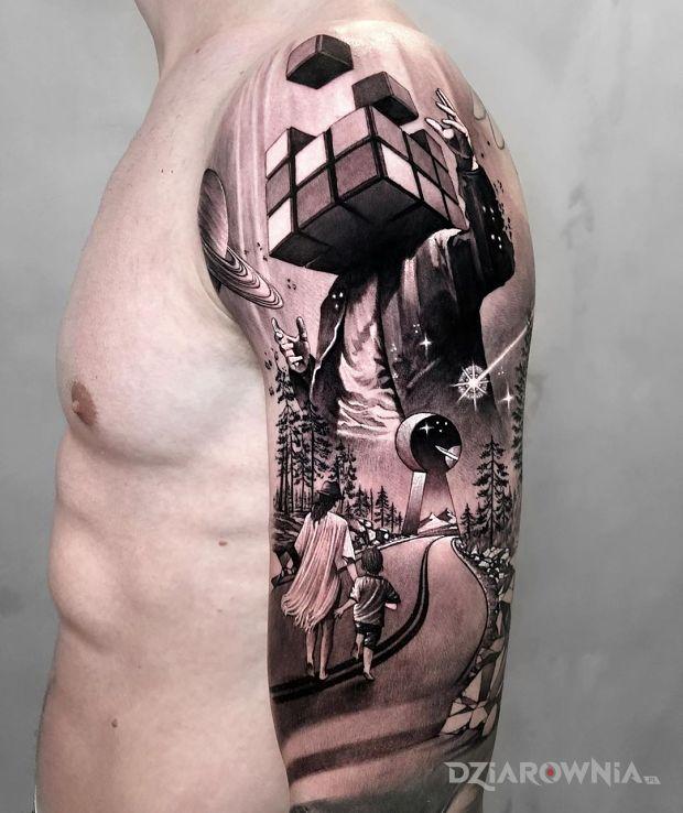 Tatuaż kostka rubika w motywie 3D i stylu abstrakcyjne na ramieniu