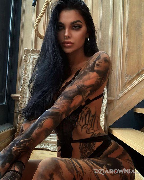 Tatuaż czarna jak kawa w motywie czarno-szare i stylu realistyczne na żebrach
