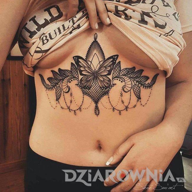 tatuaż motyl na brzuchu pod biustem