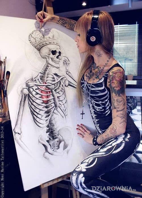Tatuaż król szkieletów w motywie anatomiczne na klatce