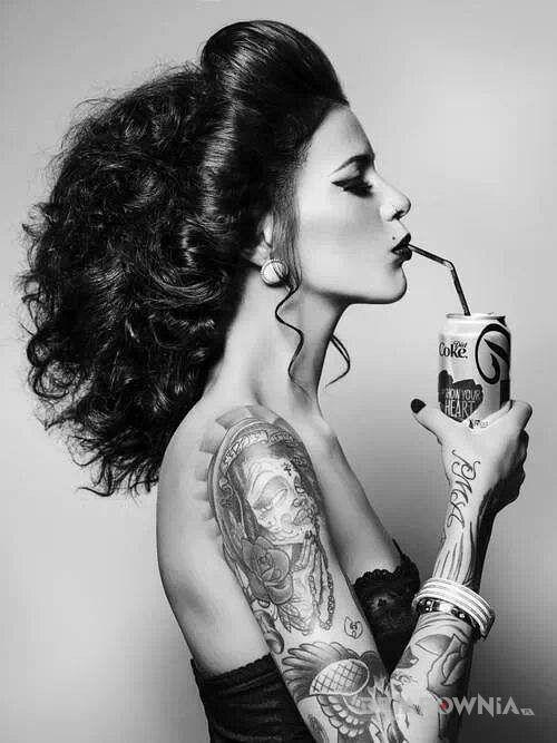 Tatuaż wydziabana ręka u dziewczyny w motywie seksowne na przedramieniu