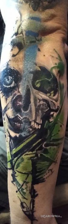 Tatuaż czaszka i klaun w motywie twarze i stylu abstrakcyjne na przedramieniu