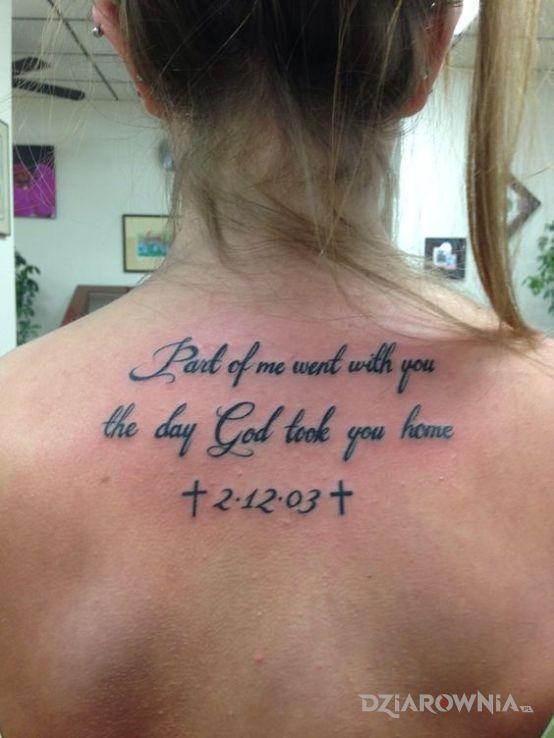 Tatuaż o kims kogo juz nie ma w motywie napisy i stylu kaligrafia na plecach