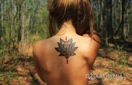 Tatuaż kwiat na plecach w motywie seksowne na plecach