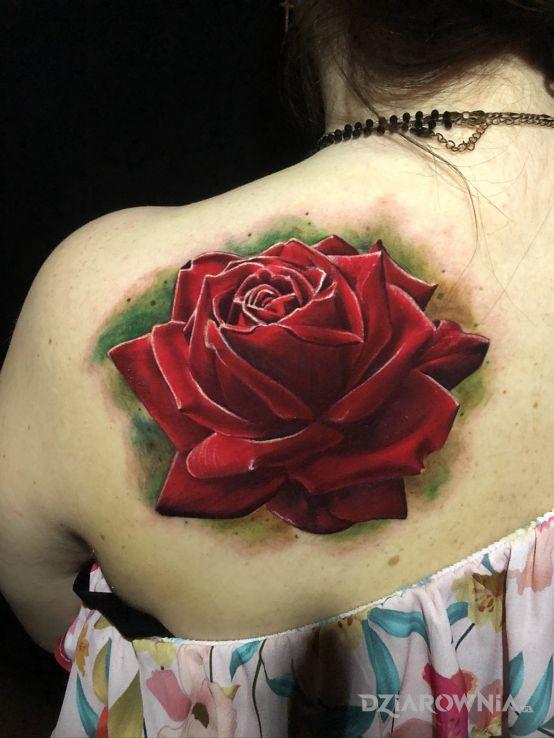 Tatuaż róża w motywie kwiaty i stylu realistyczne na łopatkach
