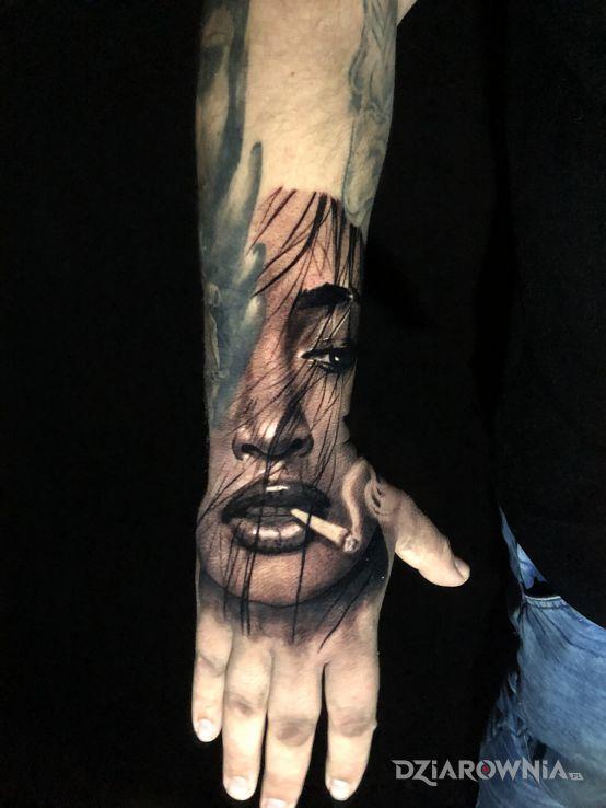 Tatuaż dziewczyna ze spliffem - seksowne
