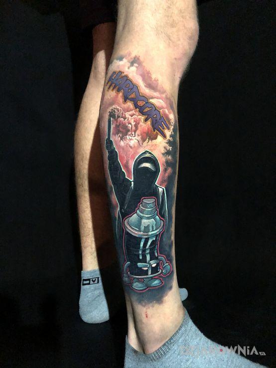 Tatuaż motyw kibica w motywie kolorowe i stylu graffiti na łydce