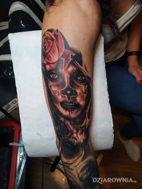 Tatuaż la catrina w motywie kwiaty i stylu realistyczne na ramieniu